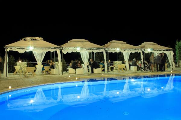 matrimonio a bordo piscina